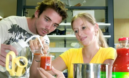 4836_30228_Bachelor_of_Applied_Science_student_Joshua_Brown_left_and_Master_in_Molecular_Sciences_student_Yvonne_van_Helden_from_The_Netherlands
